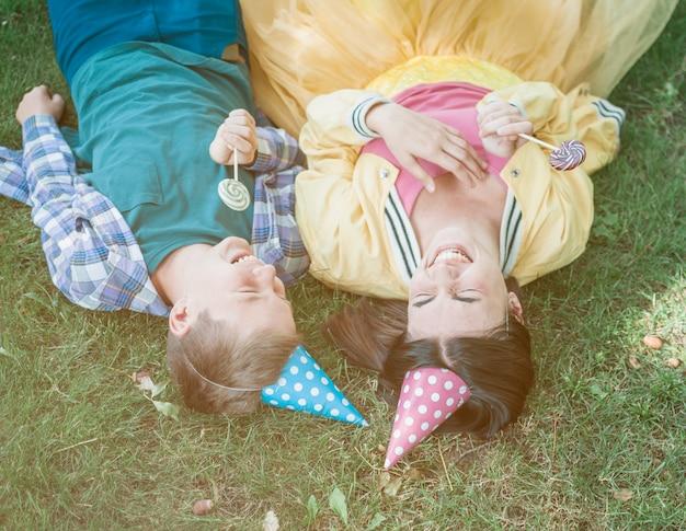 Schönes geburtstagskonzept mit glücklicher familie