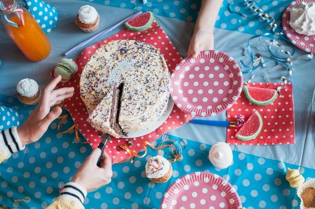 Schönes geburtstagskonzept mit schokoladenkuchen