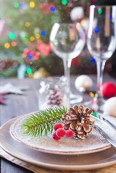 Schönes gedeck für weihnachtsfestfeier über drei mit hellen spielwaren