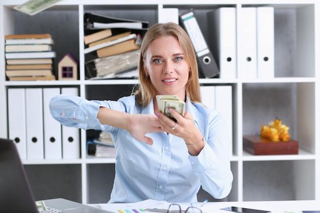 Schönes geschäftsfrauportrait. geld verstreuen
