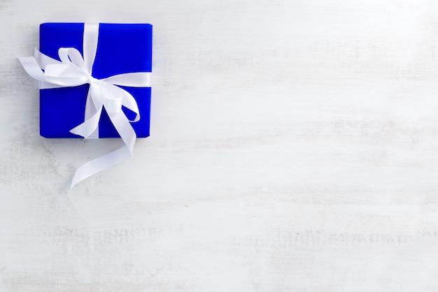 Schönes geschenk in blauer verpackung