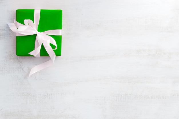Schönes geschenk in grüner verpackung