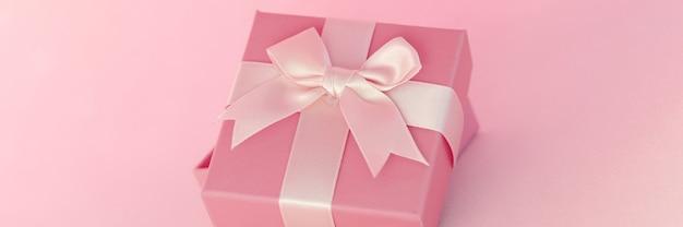 Schönes geschenk mit schleife auf blauem hintergrund geschenkverpackungskonzept