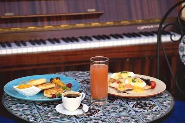 Schönes gesundes frühstück in einem restaurant für zwei personen