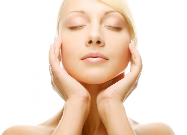 Schönes gesundheitsfrauengesicht mit sauberer reinheitshaut