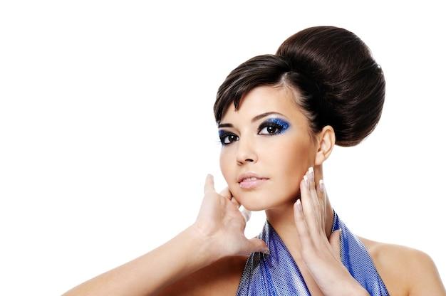 Schönes glamourfrauenporträt lokalisiert auf weiß