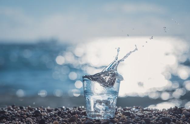 Schönes glas mit eis und reinem mineralwasser