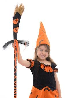 Schönes glückliches hexenmädchen mit besen