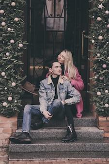 Schönes glückliches paar, das in den straßen der stadt sitzt