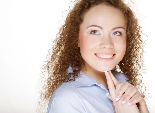 Schönes glückliches porträt einer jungen erwachsenen frau