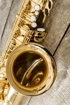 Schönes goldenes saxophon auf hölzernem