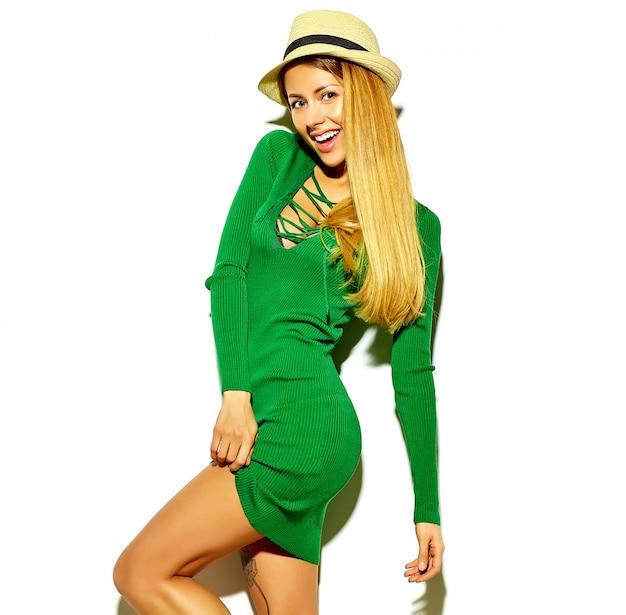 Schönes heißes blondes frauenmädchen im zufälligen hippie-grün kleidet sommer ohne make-up