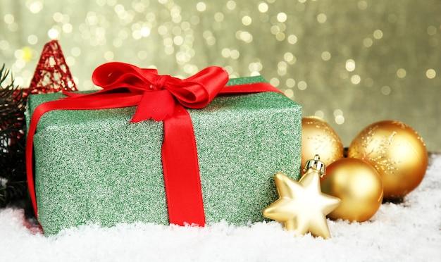 Schönes helles geschenk und weihnachtsdekor,