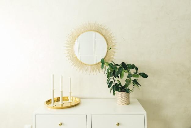 Schönes helles interieur, schminktisch, spiegel und pflanzen