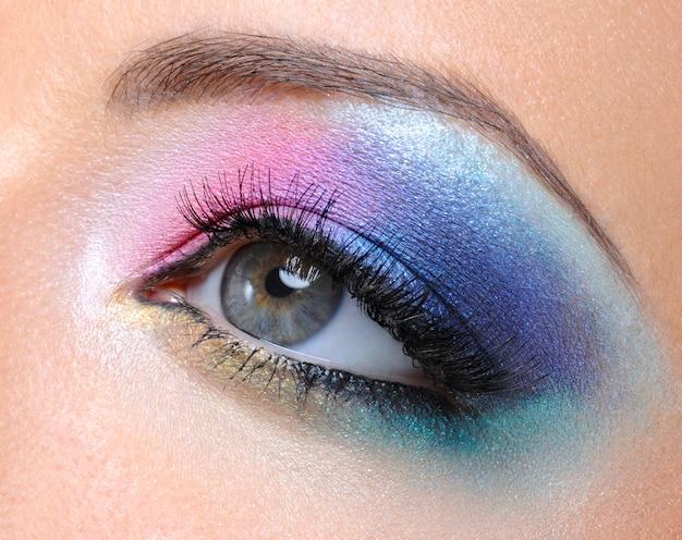 Schönes helles mode-make-up des weiblichen auges - makroschuss