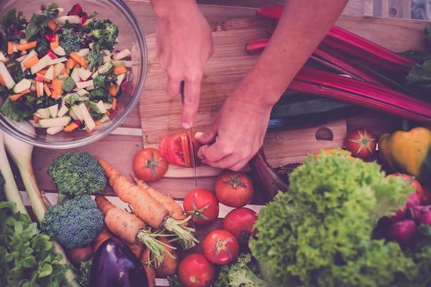 Schönes helles und frisches gemüse für die diät und gewichtsabnahme, gemüseauswahl für jede mahlzeit auf den tisch, gemüse nicht