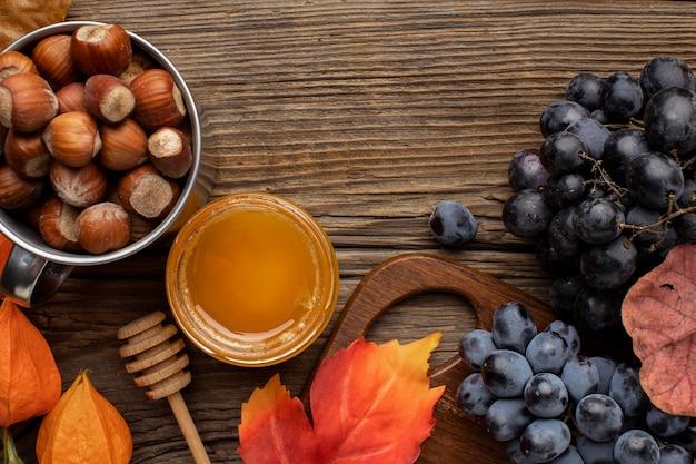 Schönes herbstarrangement mit nüssen und trauben