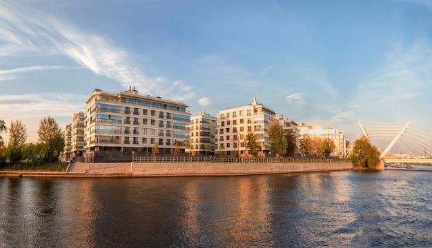 Schönes herbstpanorama des modernen st. petersburg. neues modernes wohnviertel petrovsky insel st. petersburg. russland.