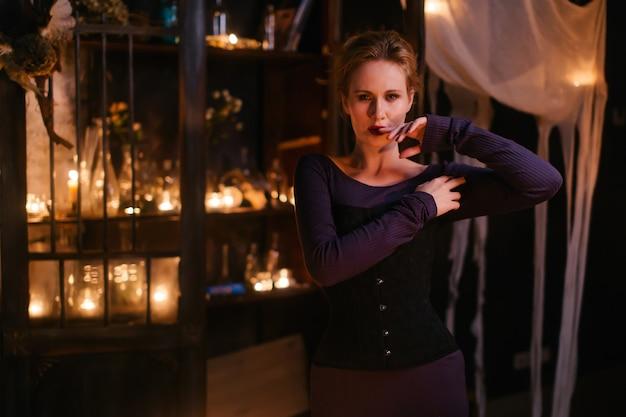 Schönes hexenmädchen zaubert einen durst nach rachezauber.