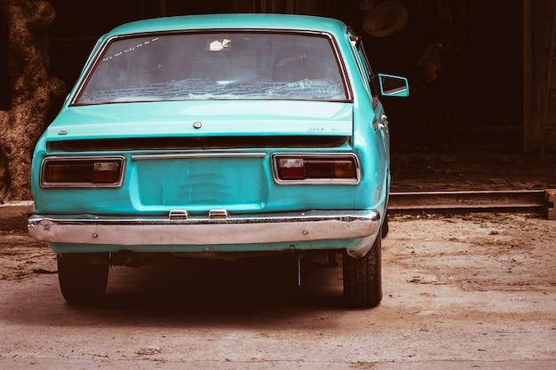 Schönes himmelblau-weinleseauto