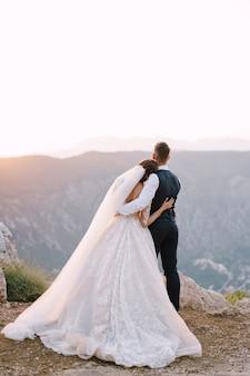 Schönes hochzeitsfoto am reiseziel in montenegro, mount lovchen.
