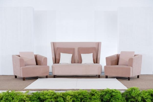 Schönes hochzeitsstadium mit sofa und weißem hintergrund