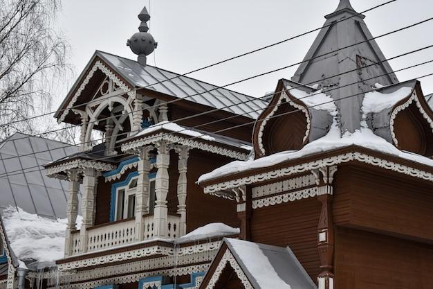 Schönes holzhaus im schnee