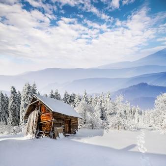 Schönes holzhaus im winter