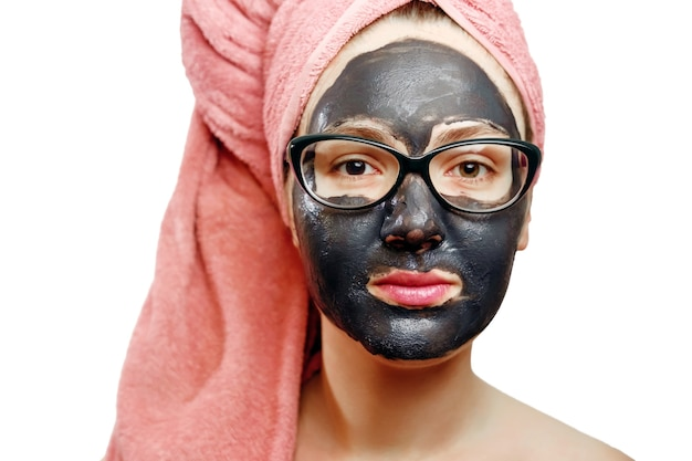 Schönes hübsches sexy mädchen mit schwarzer gesichtsmaske auf weißem hintergrund, nahaufnahmeporträt, isoliert, mädchen mit einem rosa handtuch auf dem kopf, schwarze maske auf dem gesicht des mädchens, geschäftsfrau mit brille