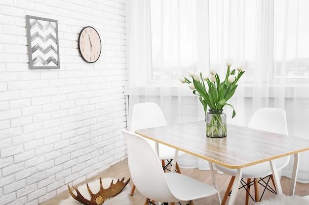 Schönes interieur mit tisch und stühlen