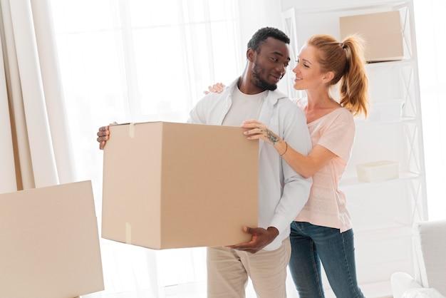 Schönes interracial paar macht sich bereit umzuziehen