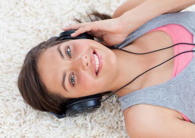 Schönes jugendlich mädchen, das musik hört