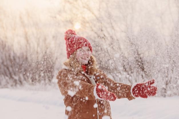 Schönes jugendlich mädchen draußen im winter
