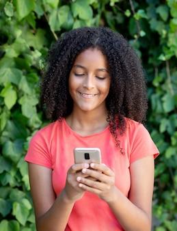 Schönes jugendlichmädchen mit einem mobile