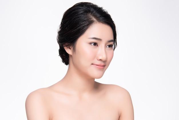 Schönes junges asiatinlächeln mit sauberer und frischer haut glück und nett, lokalisiert auf weiß, schönheit und kosmetik
