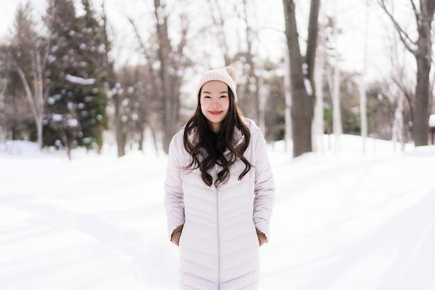 Schönes junges asiatisches frauenlächeln glücklich für reise in der schneewintersaison