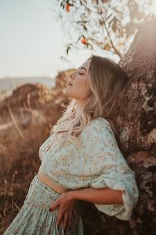 Schönes junges blondes lateinisches porträt der frau draußen. haare entwickeln sich im wind. mode-konzept.