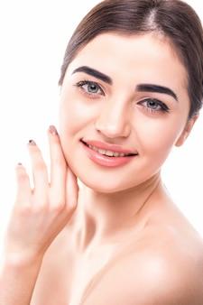 Schönes junges brünettes frauengesichtsporträt. beauty model frau mit hellen augenbrauen, perfektem make-up, roten lippen, die ihr gesicht berühren.