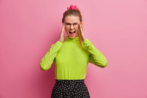 Schönes junges frauenporträt, das ihr haar lokalisiert trägt