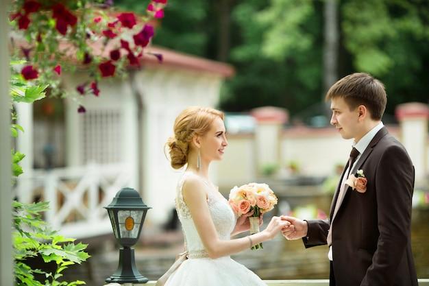 Schönes junges frisch verheiratetes paar in einem sommerpark