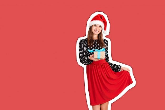 Schönes junges glückliches weihnachtsmädchen geben ein geschenk. magazin-collage-stil