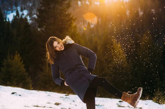 Schönes junges lächelndes mädchen in ihrer winter-warmer kleidung