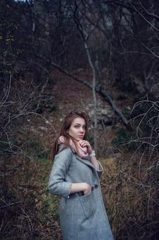 Schönes junges mädchen. ausflug in den wald, in die berge.