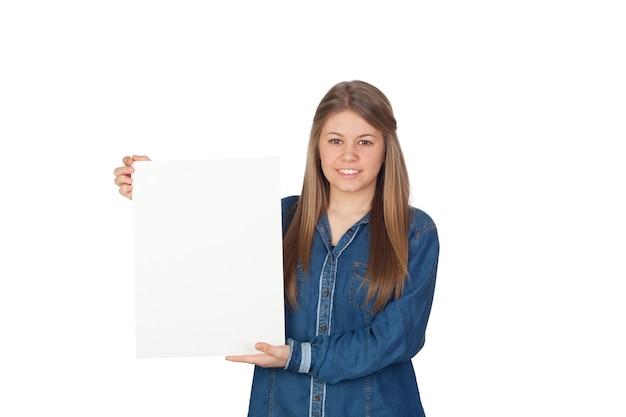 Schönes junges mädchen, das ein leeres plakat für die werbung lokalisiert auf weißem hintergrund hält