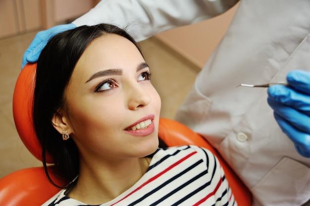 Schönes junges mädchen im stuhl des zahnarztes