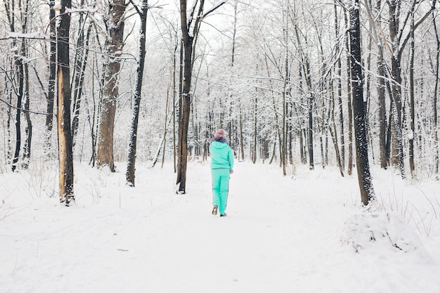 Schönes junges mädchen in einem weißen winterwald.