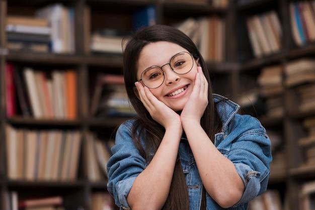 Schönes junges mädchen mit brillen lächelnd