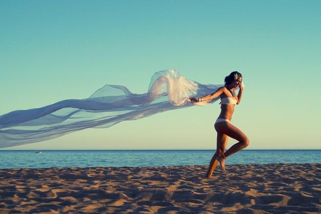 Schönes junges mädchen mit einem weißen bikini