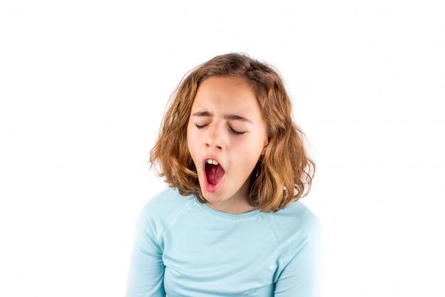Schönes junges mädchen mit lockigem haar singt mit offenem mund