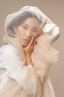 Schönes junges mädchen posiert, schönheitskonzept, modeporträt